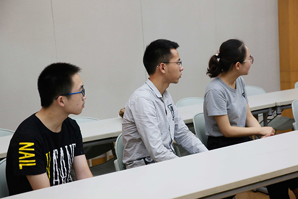 江苏vwin德赢ac米兰官方合作伙伴集团资助邗江中学学生座谈会